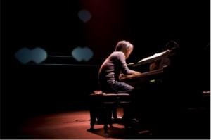 Ryuichi Sakamoto al piano