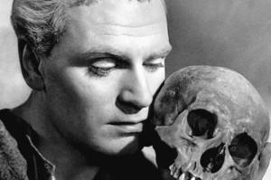 Laurence Olivier con il teschio di Yorick Hamlet, film del 1948