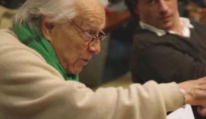 Giorgio Albertazzi durante una prova. Frame video www.teatroghione.it