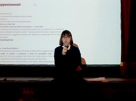 Debora Pietrobono introduce alla conversazione sul tema