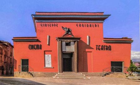 la facciata del cinema teatro Giuseppe Garibaldi di Amatrice prima del terremoto