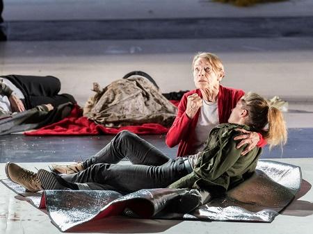 Glenda Jackson e Morfydd Clark in King Lear. Foto di Manuel Harlan