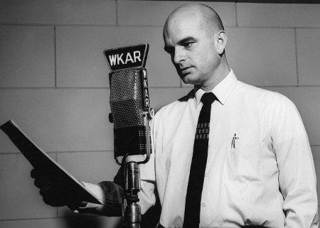 Dick Estell, voice of the Radio Reader. circa 1964. Estell era una voce storica ai microfoni della WKAR Public Media from Michigan State University - http://wkar.org/