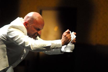 Roberto Latini nell'Arlecchino di Antonio Latella - foto di Brunella Giolivo